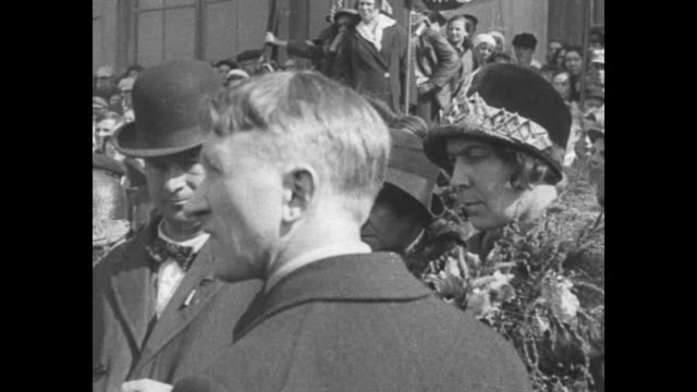 """vídeos de stock e filmes b-roll de quick shot title card: """"moscow, russia - english and german workers join in soviet celebration! communist throngs greet the visitors on arrival for... - dia do trabalhador"""