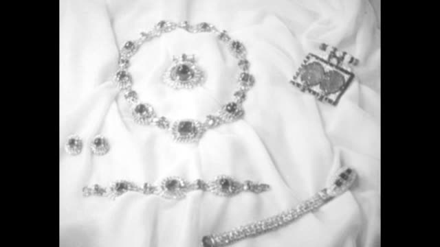 vídeos de stock, filmes e b-roll de fit for a queen / british gold state coach in london procession / parure of emerald and diamond jewels / model in elaborate tiara earrings necklace... - colar