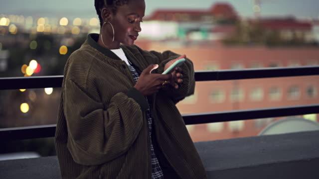 vídeos de stock, filmes e b-roll de rapidamente fazendo planos para esta noite - origem africana
