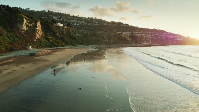 カリフォルニア州パロスベルデスのratビーチでの静かな夜 - south pacific ocean点の映像素材/bロール
