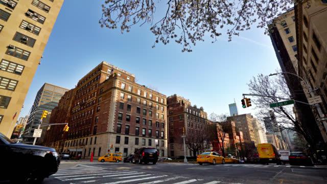 ニューヨークの静かな住宅街 - イエローキャブ点の映像素材/bロール