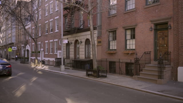 stockvideo's en b-roll-footage met quiet residential street in the west village - baksteen
