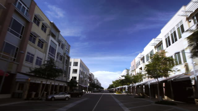 vidéos et rushes de a quiet road cuts through a block of condominiums in scottsdale, arizona. - arizona
