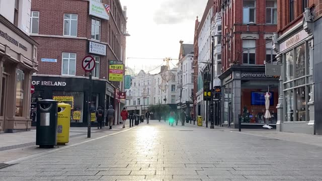 quiet scenes from a collection of famous landmarks in dublin city on christmas day as people stay at home to celebrate christmas in advance of level... - dublin republic of ireland stock videos & royalty-free footage