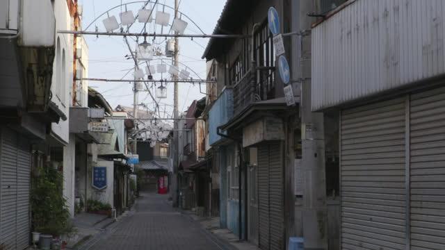 vídeos y material grabado en eventos de stock de quiet shopping st in innoshima in seto inland sea, hiroshima, japan - contraventana