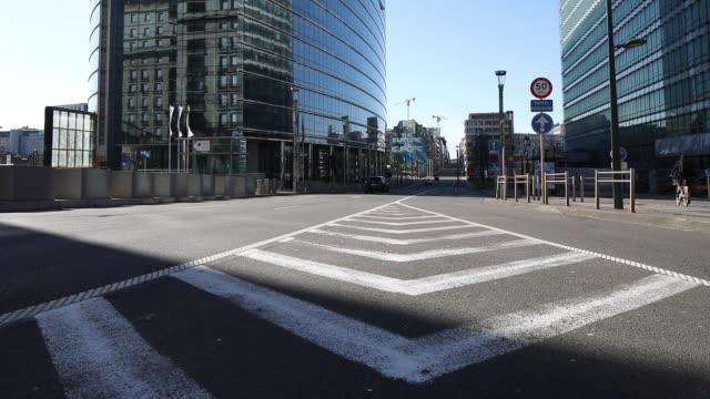 vidéos et rushes de a quiet street in brussels during the coronavirus pandemic on march 14 2020 in brussels belgium - belgique