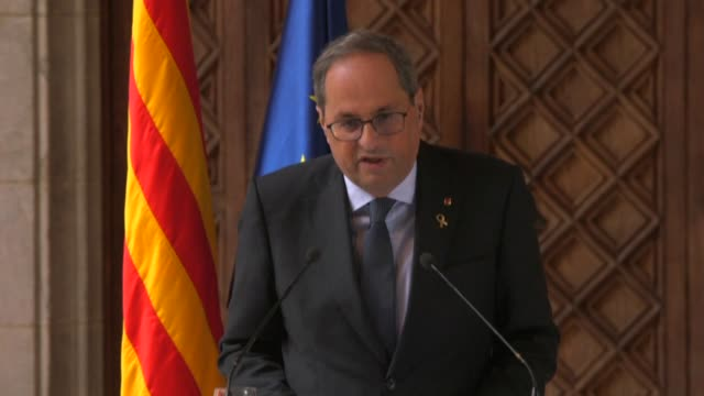 quim torra speaks at the generalitat de catalunya following the decision of a spanish court to ban him from holding office for 18 months - giustizia video stock e b–roll