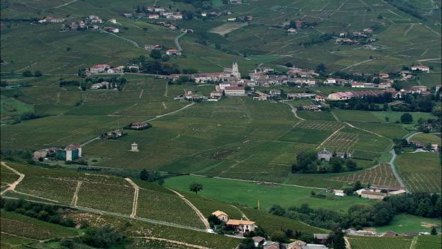 vidéos et rushes de quincie-en-beaujolais-vue aérienne-rhône-alpes, rhône, l'arrondissement de villefranche-sur-saône, france - village