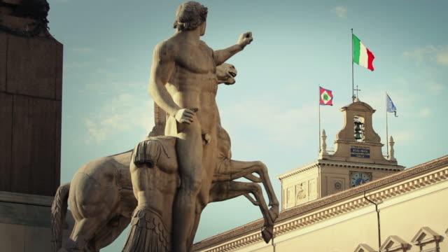 palazzo del quirinale e bandiera italiano a roma - rome italy video stock e b–roll