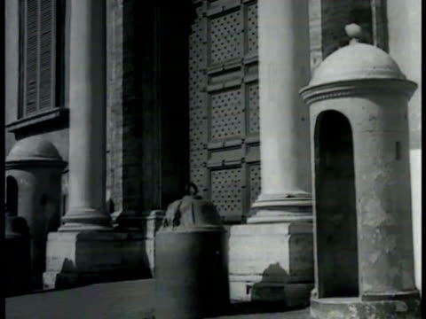 vidéos et rushes de quirinal palace on quirinal hill. front door & empty guard hut. quirinal palace through iron fencing. unknown crypt location: statue of crown in room... - 1948