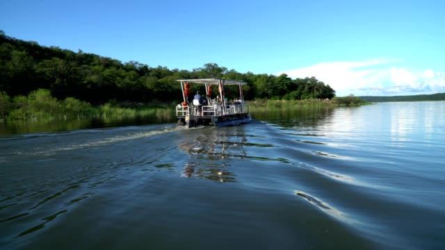 quite sailing on lake kariba, zimbabwe - repubblica dello zimbabwe video stock e b–roll