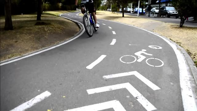 stockvideo's en b-roll-footage met quito ofrece una alternativa al transporte convencional, bicicletas de alquiler. voiced: transporte publico a pedal on september 14, 2012 in quito,... - transporte