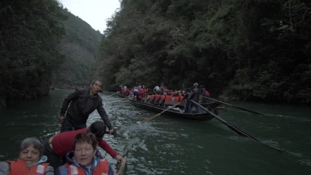qutang gorge, onboard a raft boat, three gorges, yangtze river, people's republic of china, asia - tourism stock-videos und b-roll-filmmaterial