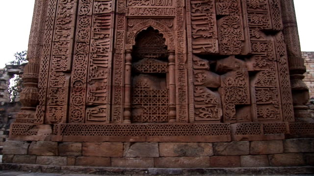 qutb minar e i suoi monumenti - minareto video stock e b–roll