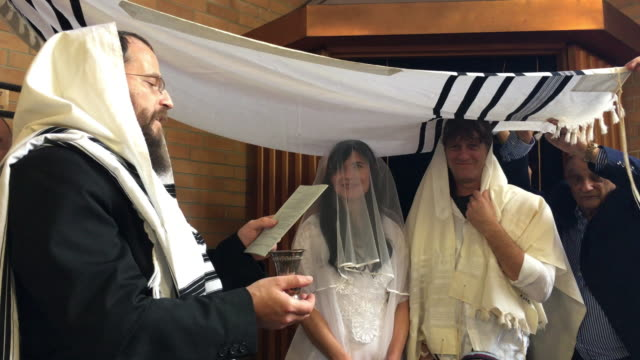 rabbi belssing jewish bride and a bridegroom in traditional jewish wedding - congregation stock videos & royalty-free footage