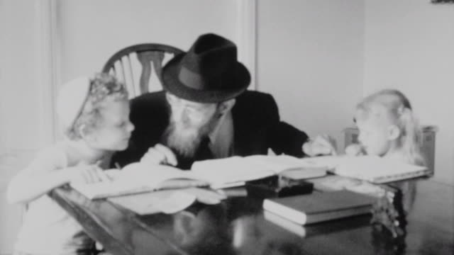 stockvideo's en b-roll-footage met rabbi samuels leads his children in prayer and torah study / walking the children down the street / rebbitzin samuels guides the children in the... - orthodox jodendom