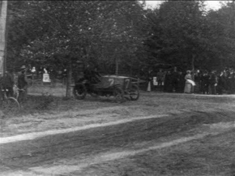 vidéos et rushes de b/w 1904 race car coming around corner in vanderbilt cup race / newsreel - actualités cinématographiques