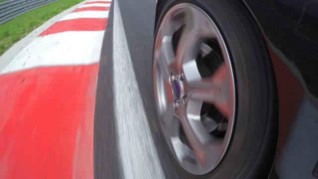 vídeos y material grabado en eventos de stock de conducir coches de carrera - coche deportivo