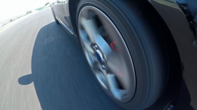 rennwagen fahren - biegung stock-videos und b-roll-filmmaterial