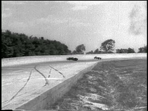 vídeos de stock e filmes b-roll de b/w 1933 race car skidding off edge of race track as second cars skids on track / indianapolis 500 - 1933