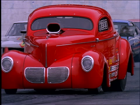 vídeos de stock, filmes e b-roll de race car taking off from starting line - hot rod
