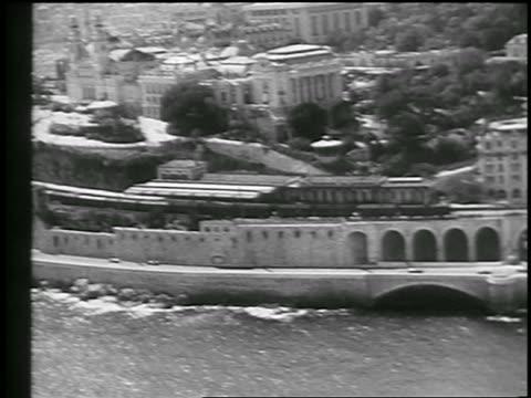 vídeos y material grabado en eventos de stock de race cars on coastal road entering tunnel in monaco grand prix / monte carlo - 1933