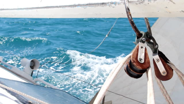 auf einer yacht race - segeln stock-videos und b-roll-filmmaterial