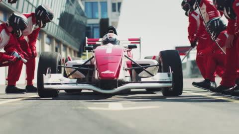 vídeos y material grabado en eventos de stock de carreras llegando a boxes durante la carrera - deporte de riesgo