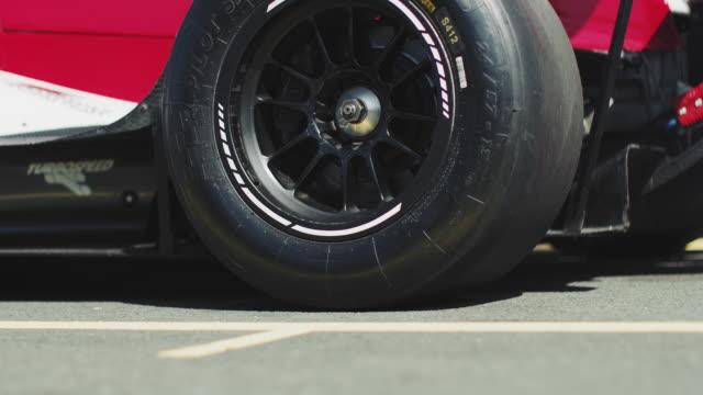 vídeos y material grabado en eventos de stock de carreras saliendo desde la parada en boxes durante la carrera - extreme close up
