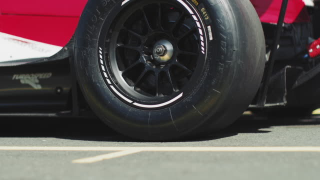 vídeos de stock, filmes e b-roll de saindo do pit stop durante a corrida de carro de corrida - extreme close up