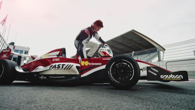 racedriver prepares for start - automobile da corsa video stock e b–roll