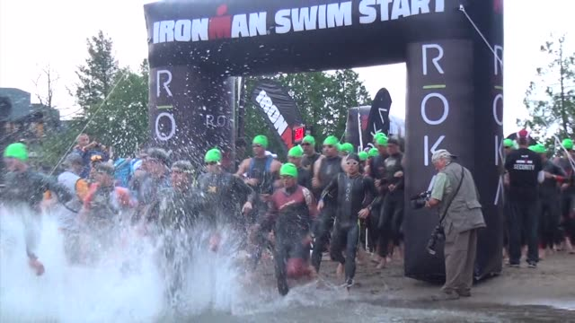 racers run into the water at the start of ironman swim mirror lake lake placid ny - salmini 個影片檔及 b 捲影像
