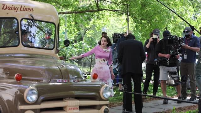 """rachel brosnahan is seen on the set of """"the marvelous mrs maisel"""" on may 13, 2021 in new york city. - 電視節目 個影片檔及 b 捲影像"""