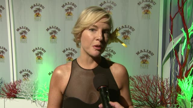 rachel harris on coming out tonight, on if she's started working with jay leno yet, and on if he's as funny in person as he is on television at the... - tv司会 ジェイ・レノ点の映像素材/bロール