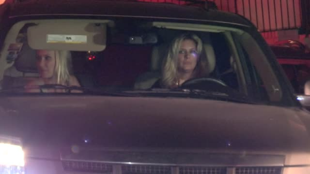 rachel hunter & kimberly stewart depart chateau marmont in west hollywood at celebrity sightings in los angeles rachel hunter & kimberly stewart... - レイチェル ハンター点の映像素材/bロール