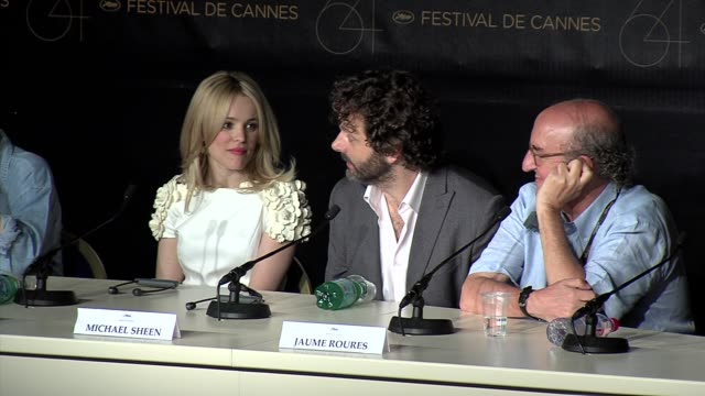 rachel mcadams, michael sheen at the midnight in paris press conference - michael sheen bildbanksvideor och videomaterial från bakom kulisserna