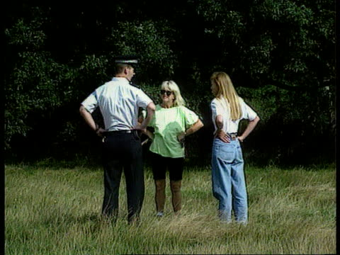 Man held ITNLIB ENGLAND London Wimbledon Police in woods checking ground LBV Policeman talking to women on common LMS Policewoman talking to woman...