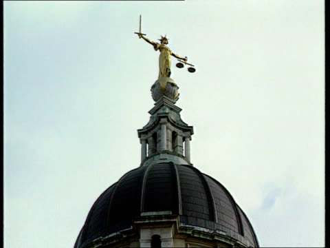 rachel nickell murder trial collapses itnlib london extlagv dome of old bailey lams scales of justice - old bailey stock-videos und b-roll-filmmaterial