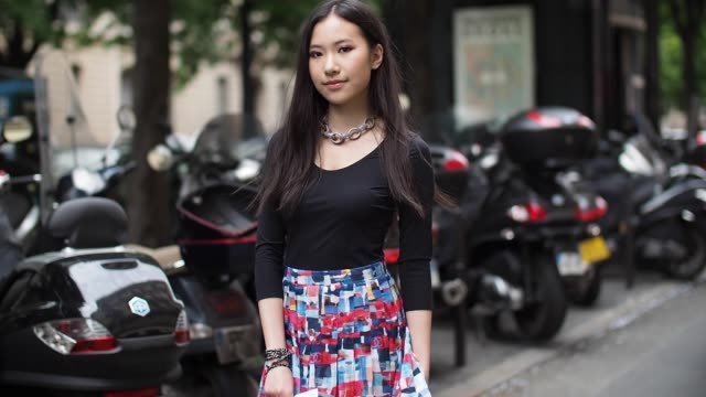 vídeos de stock, filmes e b-roll de rachel yeoh is wearing a chanel full outfit and dolce gabbana shoes after the armani show during paris fashion week haute couture f/w 2016/2017 on... - giorgio armani marca de moda