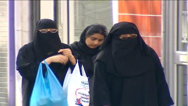 vídeos de stock, filmes e b-roll de raciallyaggravated crimes on increase date women wearing black niqab face veils walking along street woman wearing wearing hijab veil along - véu
