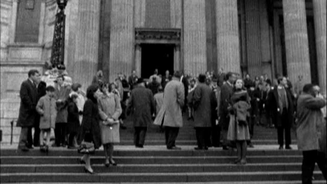 50th anniversary of martin luther king speech at st paul's cathedral fs061264009 / tx england london b/w archive crowds outside st paul's cathedral /... - itv london lunchtime news stock-videos und b-roll-filmmaterial