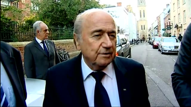 vidéos et rushes de sepp blatter comments on proposed world cup 2018 boycott england oxford oxford university photography** sepp blatter speaking to press in street sot... - oxford angleterre