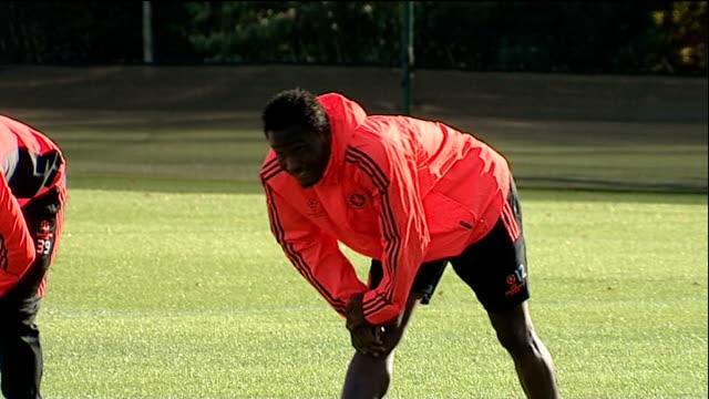 racist chants at tottenham match r18101104 / cobham ext jon obi mikel stretching during training on pitch - コブハム点の映像素材/bロール