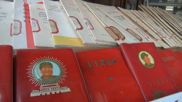 stockvideo's en b-roll-footage met cu rack filled with mao zedong's little red books / shanghai, china - communisme