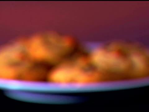 vídeos de stock, filmes e b-roll de rack focus of a plate of cookies rotating. - equipamento doméstico