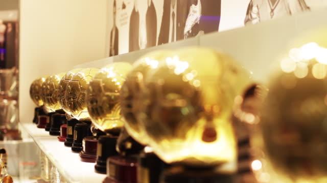 vidéos et rushes de rack focus of soccer trophies. - trophée
