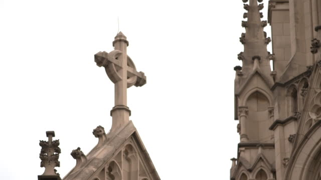 stockvideo's en b-roll-footage met rack focus on a cross at saint paul cathedral in pittsburgh pennsylvania on august 15 2018 - religion or spirituality