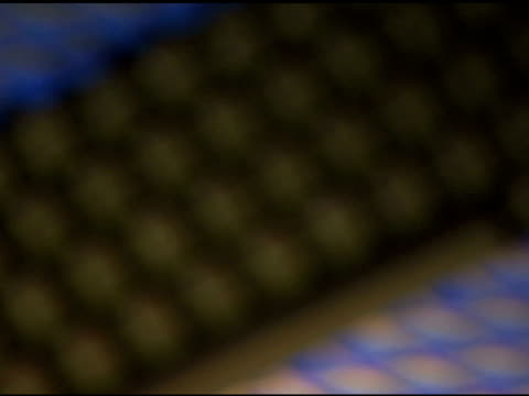 rack focus on computer keyboard - getönt stock-videos und b-roll-filmmaterial
