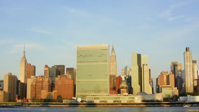 stockvideo's en b-roll-footage met rack focus on midtown manhattan (with un) at sunrise. new york city. - infaden