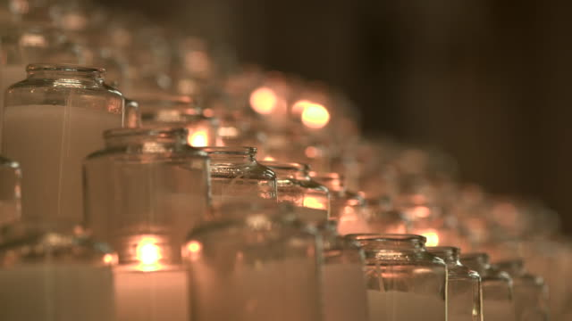 vídeos y material grabado en eventos de stock de rack focus on prayer candles inside of saint paul cathedral in pittsburgh, pennsylvania on august 15, 2018. - religion or spirituality